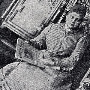 Product placement - Self-advertising: A German countess holds a copy of the magazine Die Woche in her hands. The photo appeared in 1902 in an issue of Die Woche (detail of the actual photograph)