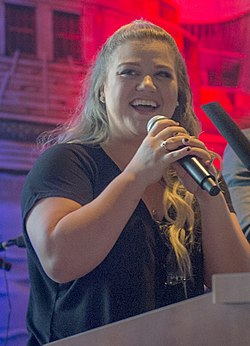 Kelly Clarkson 2017 DoD Warrior Games 2 - cropped.jpg