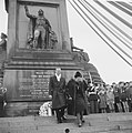 Koningin Juliana en prins Bernhard hebben een krans gelegd bij het Nationaal Mon, Bestanddeelnr 915-7986.jpg