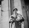 Koopman met puppies onder zijn arm, Bestanddeelnr 191-0971.jpg