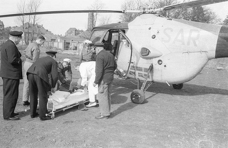 File:Krankentransport mit Hubschrauber LC 106 zum Marinesportplatz Hindenburgufer (Kiel 40.999).jpg