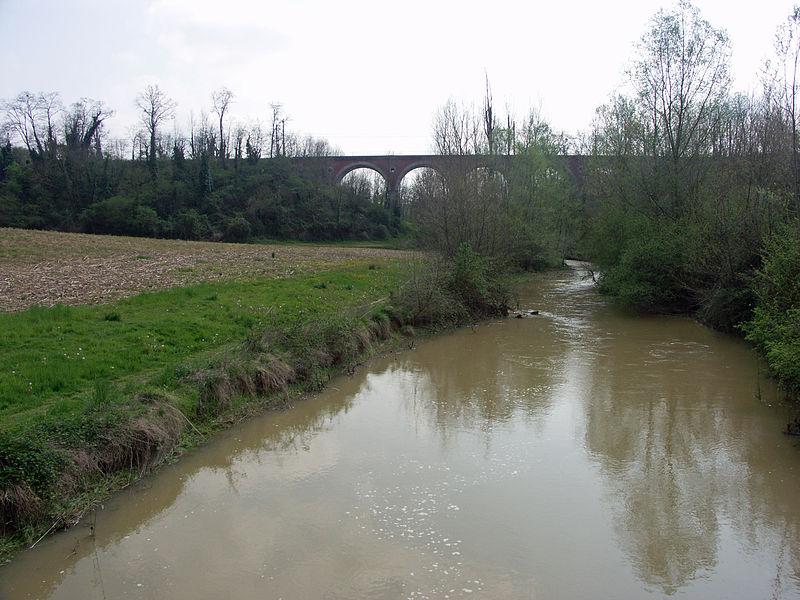 L'Arrêt-Darré, affluent de l'Arros, entre le viaduc de chemin de fer et le lac de barrage collinaire de l'Arrêt-Darré (Hautes-Pyrénées)