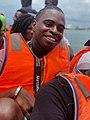 Le photo représente un homme trop du voyage en plein mère dans un bateau traditionnel pour faire le déplacement entre le plage de ngor et l'île lieu touristique qui se trouve au senegal.jpg