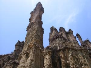 Las columnas de roca erosionada que conforman Los Estoraques se encuentran a tan solo 200 metros del municipio La Playa de Belén
