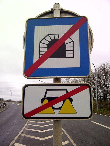 """Verkéiersschëld E,28b """"Enn vum Tunnel"""" aus dem lëtzebuerger Code de la Route."""