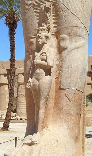 Meritamen - Statue of Meritamen in front of the colossal statue of her father Ramesses II