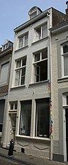 foto van Huis met lijstgevel, met vensters in hardsteen.