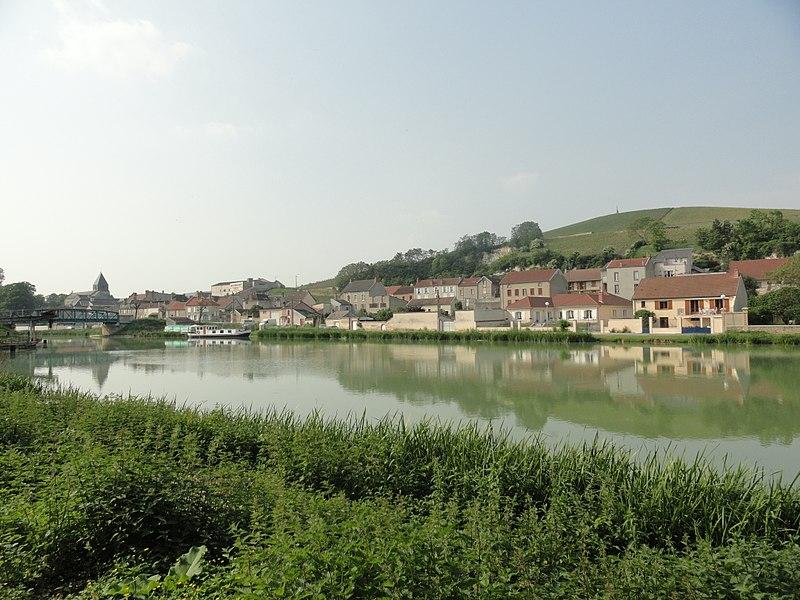 Vue depuis les bords du canal latéral à la Marne de Mareuil-sur-Ay, son église et de Notre-Dame-du-Gruguet