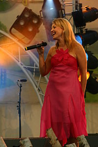 Marita Taavitsainen Lund Vihreät Niityt musiikkitapahtumassa 2004.JPG
