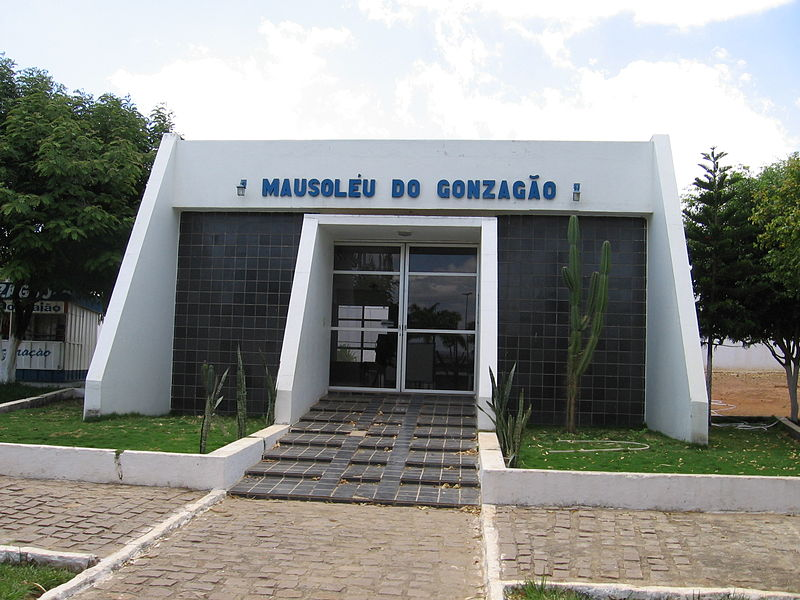 Ficheiro:Mausoléu do Gonzagão.jpg