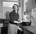Mevrouw Nak achter het fornuis in haar keuken, Bestanddeelnr 252-9024.jpg