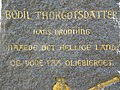 Mindeskrift over Bodil Thurgotsdatter - udsnit fra mindesten for Erik Ejegod og Bodil Thurgotsdatter i Slangerup.jpg