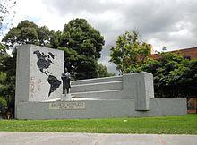Photographie d'un monument constitué d'une pierre sur laquelle sont peints les deux continents américains et d'une statue d'un homme en-dessous duquel il est inscrit: «Americo Vespucio 1452-1512».