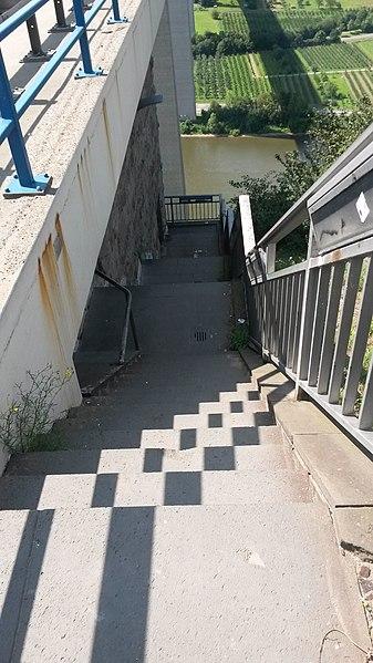 File:Moseltalbrücke Raststätte West Abgang.jpg