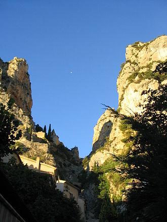 Moustiers-Sainte-Marie - Image: Moustiers Sainte Marie Schlucht mit Stern 0499