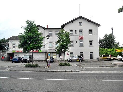 Niersteiner Bahnhof Bahnhofsvorplatz mit Haupteingang 21.5.2009