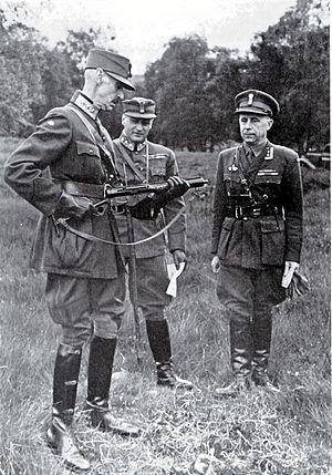 Hans Reidar Holtermann - Holtermann (right) with King Haakon VII and Crown Prince Olav in Scotland. Haakon VII is inspecting a Sten gun.