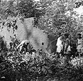 Overste Boogh op zoek naar graven op de voormalige Jodensavanna aan de Surinamer, Bestanddeelnr 252-6935.jpg