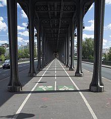 Questa immagine ha l'attributo alt vuoto; il nome del file è 220px-Paris-pont-de-bir-hakeim-bicycle-path.jpg