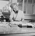 Portret van secretaresse Aviva terwijl ze telefoneert, Bestanddeelnr 255-4524.jpg