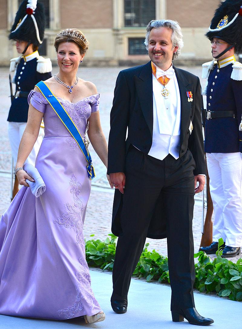La princesse Märtha Louise de Norvège et Ari Behn en route vers l'église du château du Palais royal de Stockholm avant le mariage entre la princesse Madeleine et Christopher O'Neill le 8 juin 2013 | Photo : Wikimedia.