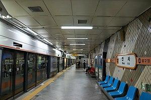 Sinsa station - The platforms of Sinsa station in 2017