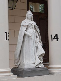 Queen Victoria statue, Carlton House Terrace.JPG