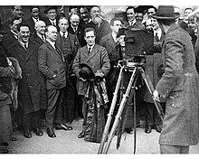 Lo Sinn Féin nel 1922 circa, riconoscibile, tra la fotocamera ed il cameraman, un sorridente Éamon de Valera