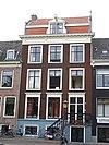 foto van Huis met daklijst, deur en vensteromlijstingen en stoephekken