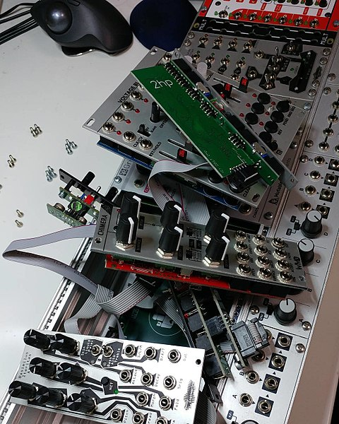 File:Replacing modules on eurorack (2017-12-10 17.16 by Kazuhisa OTSUBO).jpg