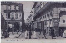 Postal de la calle Bab-Azoun en Argel en 1904 con el anuncio de la conferencia de Louise Michel y Ernest Girault el 20 de octubre.