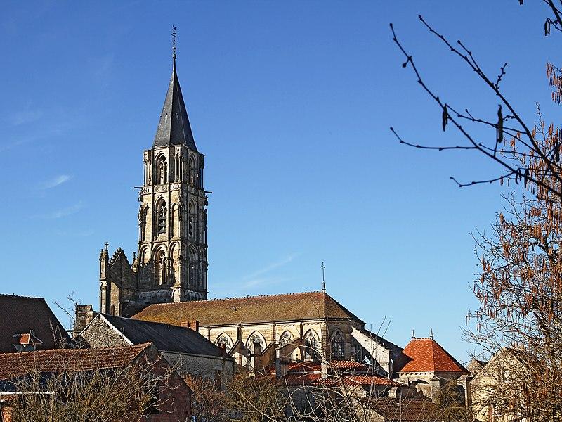 Église de Saint-Père vue de l'extérieur du village