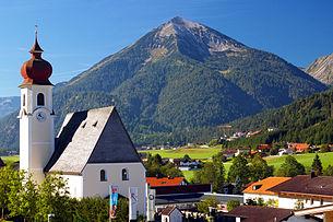 Town center with parish church towards Seekarspitze