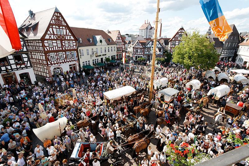 File:Seligenstadt Geleitsfest 2011 Kaufmannszug.jpg