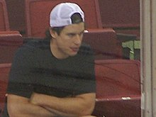 Photo de Sidney Crosby assis dans les gradins.