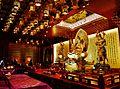 Singapore Buddha Tooth Relic Temple Innen Hintere Gebetshalle 2.jpg