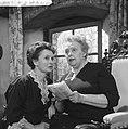 Televisiespel Twee oude dames openen het vuur, links Carla de Raet en rechts M, Bestanddeelnr 911-9937.jpg