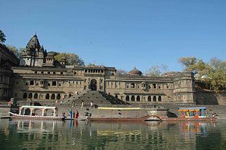 Ghat - Image: Temple in Maheshwar