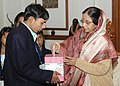 The President, Smt. Pratibha Devisingh Patil donating after pinning a 'Communal Harmony Flag' by a delegation of National Foundation for Communal Harmony, in New Delhi on November 23, 2007.jpg