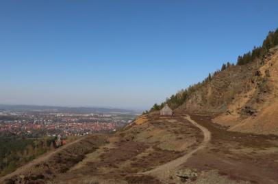 The nature reserve Blockschutthalden (BR 058) on the Rammelsberg with a view of Goslar.png