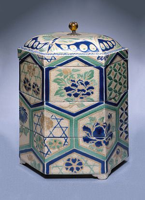 Kyō ware - Kyō stoneware tiered food box with overglaze enamels, Edo period, 18th century