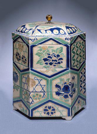 Kyō ware - Kyō stoneware tiered food box with overglaze enamels, Edo period, 18th century