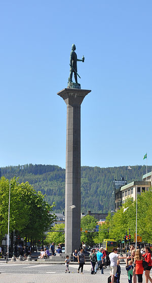 Olaf Tryggvason - Statue of Olaf in the city plaza of Trondheim. Between the king's legs lies the head of the slave Kark, Haakon jarl's murderer.