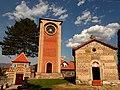 U dvoristu manastira Zice.jpg