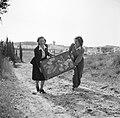 Van de Polls (toekomstige) vrouw Hildegard Eschen in Israël, Bestanddeelnr 254-1932.jpg