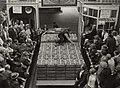 Vanaf 1960 was de aardbeienveiling in de Parallelweg. Identificatienummer 54-004337, NL-HlmNHA 1478 25900 K 38.JPG