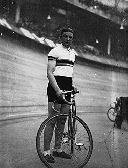 Vel'd'Hiv'- Kaers debout avec son vélo -1934.JPG