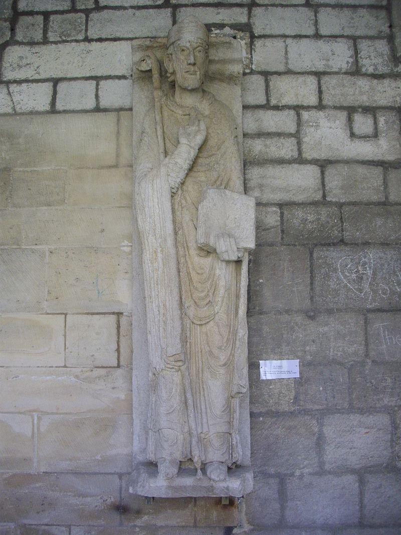 Statue av den hellige Sanctinus i korsgangen i katedralen Notre-Dame i Verdun
