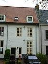 foto van Pand met verdieping, hoog dak en gepleisterde gevel