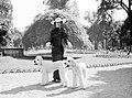 Vrouw met twee honden in het Bois de Boulogne, Bestanddeelnr 255-8719.jpg